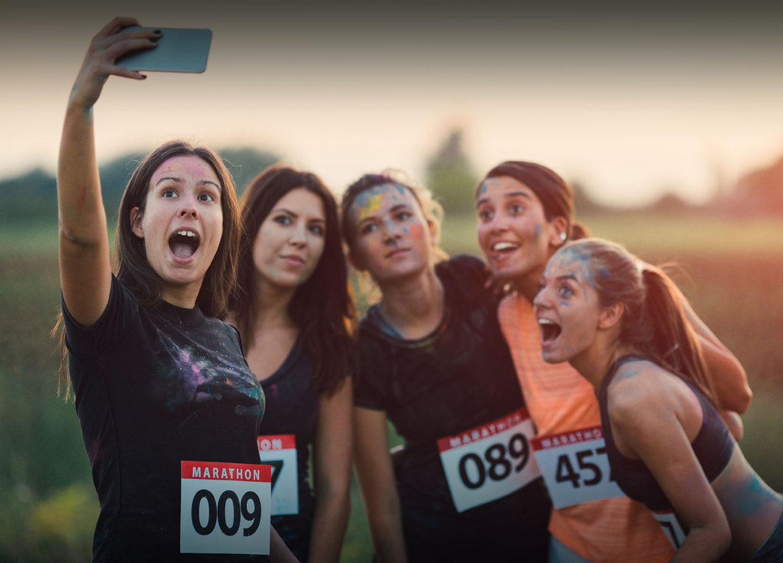 Filles faisant un selfie après un marathon