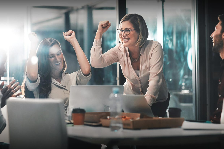 Femmes en entreprise célébrant une victoire